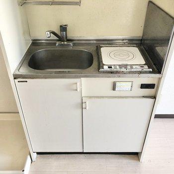 IHコンロのシンプルキッチン。作業台代わりになるトレーがあると便利かな。(※写真は清掃前のものです)