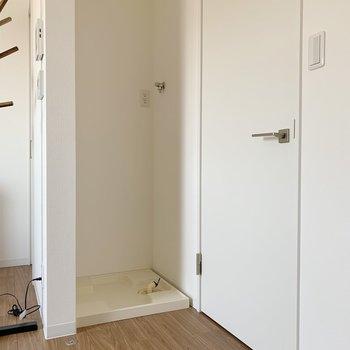 洗濯機置場は、入り口の扉を開けるとちょうど隠れる仕様。(※写真は1階の同間取り別部屋のものです)