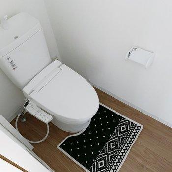 トイレもウォシュレット付きが嬉しい。(※写真は1階の同間取り別部屋のものです)