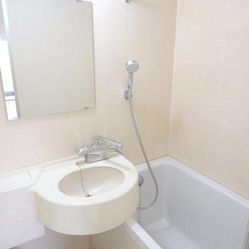 3点セットですが、浴槽は大きめ。シャワーや水栓が新しいモノになっています!