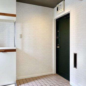 廊下の奥には広い玄関。ファッション好きなら、立て掛けの全身鏡を置きたいね。