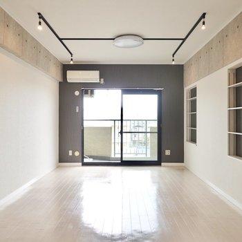 カッコよくリノベーション!洋室は約14帖と広々。レザーソファが似合いそう。