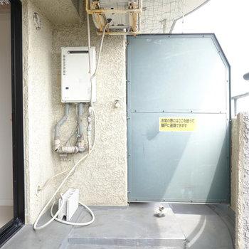 洗濯機置場はここ、ベランダに。洗濯機に気を使う必要はありますが、家事動線はむしろ良くなりますよ。