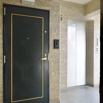 玄関ドアも、これまた良い雰囲気に変身させてくれています。エレベーターを降りてすぐ隣がお部屋です。