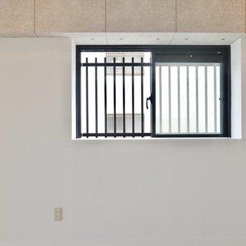 二面採光の窓は出窓なので、ハイスツールを置いてデスク代わりにもできそう。