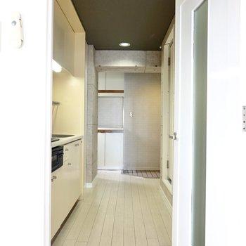 ドアから廊下に。こちらもしっかりカッコよくリノベーション。