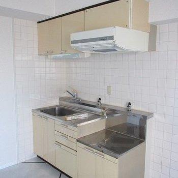 キッチン大きめですがコンロは用意していただき形です。