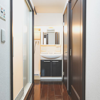 奥には洗面台。左がお風呂。右が洋室。脱衣所はありません。