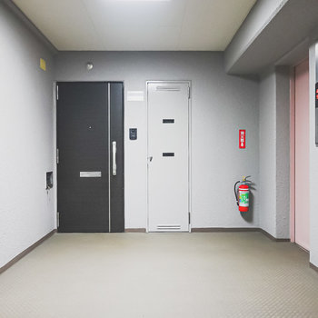 お部屋は2階。エレベーターでも階段でも、出てすぐのところにあります。