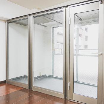 サンルームには右手のドアから。