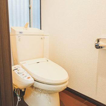 トイレは嬉しいウォシュレット付き。窓付きだから換気もできますね◎