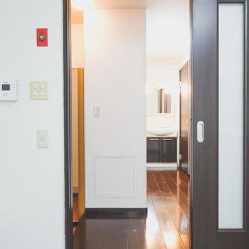 引き戸から廊下へ。右手は水回り。左手は玄関。