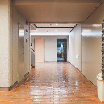 エントランスのメールボックス奥に階段とエレベーターがあります。