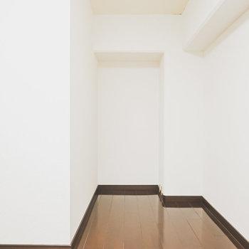 奥にもスペースあり。壁に囲まれているので集中するデスクスペースにも使えそう!