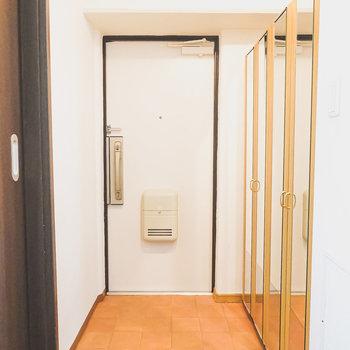 玄関は広々。全身鏡付きの靴箱が2つ。