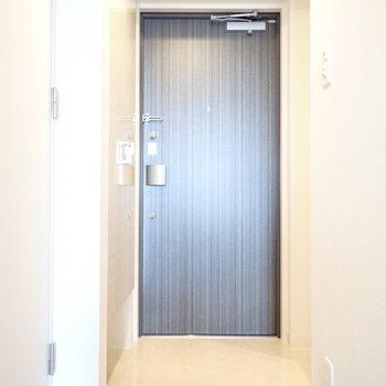玄関はゆったりめ。(※写真は13階の同間取り別部屋のものです)
