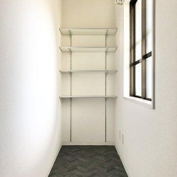 反対側にも棚が。玄関はとてもワイドなので、ロードバイクや外で使うものも収納しておけそう。