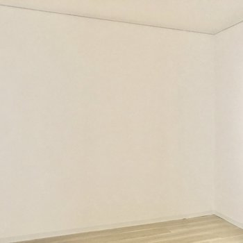 【洋室】壁はスッキリしているので家具の配置がしやすそう。