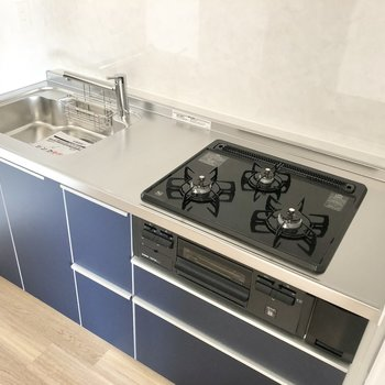【LDK】3口コンロで調理スペースもあり、お料理も捗りそう。