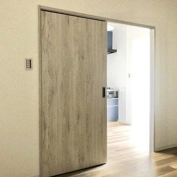 【洋室】引き戸で仕切ることができるのでプライバシーも守れます。