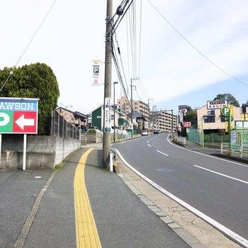 お部屋から駅まではやや坂なりの道が続きます。