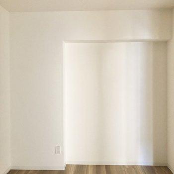 【洋室】こちらは寝室や書斎によさそう。
