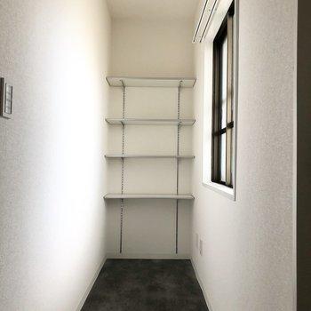 反対側にも棚があります。玄関はとてもワイドなので、ロードバイクや外で使うものも収納しておけそう。