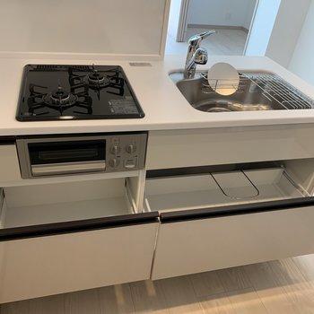 システムキッチンは収納も大きめで使いやすそうです。