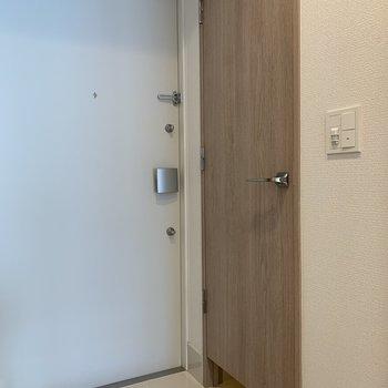 右のドアを開けるとシューズインクローク!