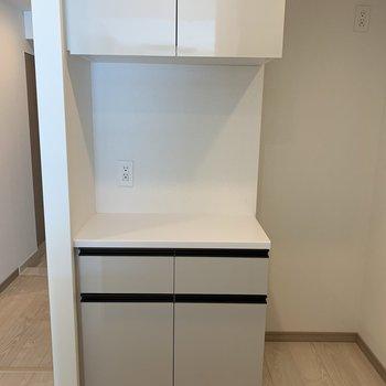 向かい側に収納と冷蔵庫スペース。