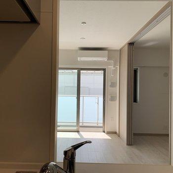 【LDK】キッチンからはLDKも洋室も見渡せますよ。