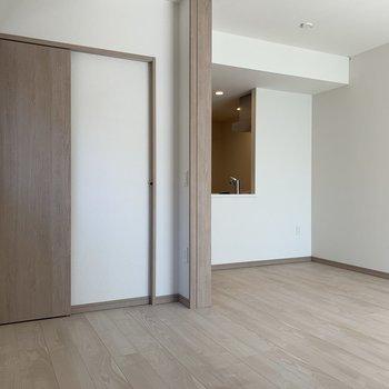 【洋室】窓側から見た図。左のドアがクローゼットです。