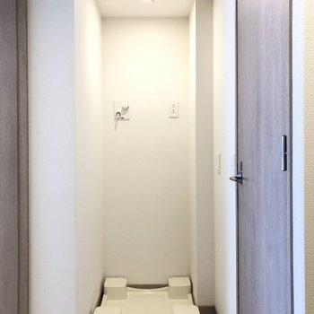 廊下へ出まして、洗濯機置き場です。