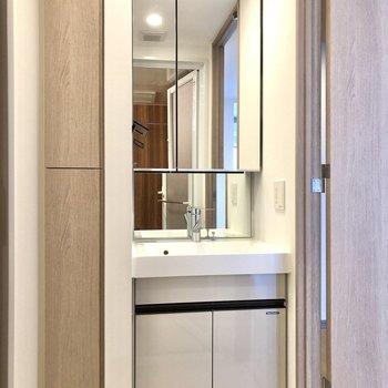 大きな鏡の洗面台。スタイリッシュです。