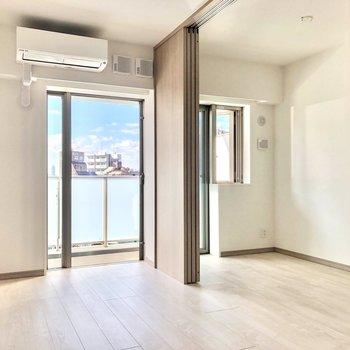 【LDK】隣の洋室とはスライドドアで仕切ることができます。