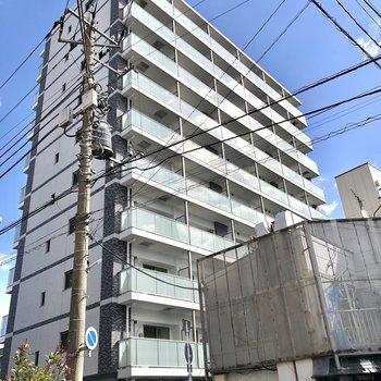 存在感のある10階建の建物です。