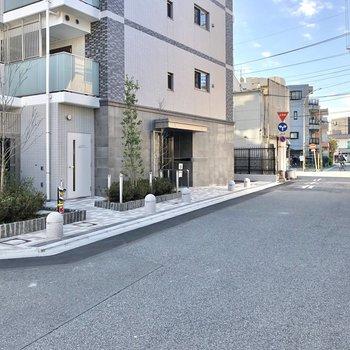 こちらが建物前の通り。道幅はゆったり。