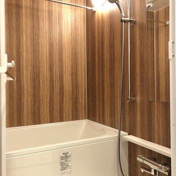 木目が優しい浴室。ゆっくりできますね。