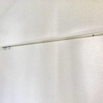 【LDK】ワイヤーを吊るせば絵や写真を飾るのもラクラクです。