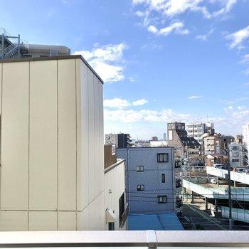 手前には建物がありますが、空がよく見えますね。