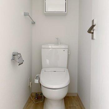 手前にまずトイレ。棚付き◎