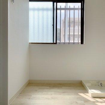 脱衣所は広め!こちらにも窓が付いていました。奥に洗濯機置場が。