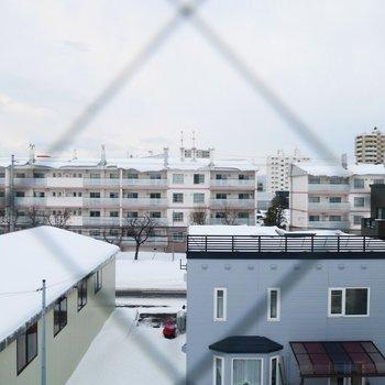 窓は全開できないタイプ。眺望は住宅街です※眺望は※写真は前回募集時4階のものです