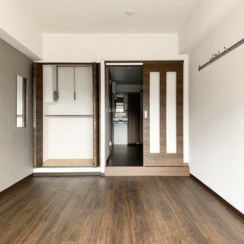クローゼットは上部バーが可動式の2段タイプ。ドアの外は廊下兼水廻りです。