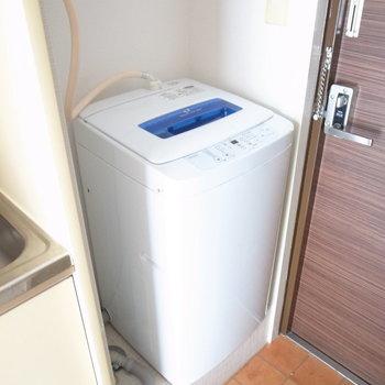 玄関のすぐそばに洗濯機を置けます。 ※残置物です。