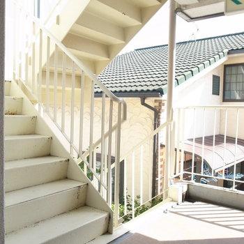 【共用部】階段のあたりの日当たりがよく、いやな感じはありません。