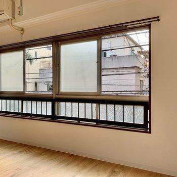 窓の手前に物干し竿を掛けられる部屋干し用ツールあります。