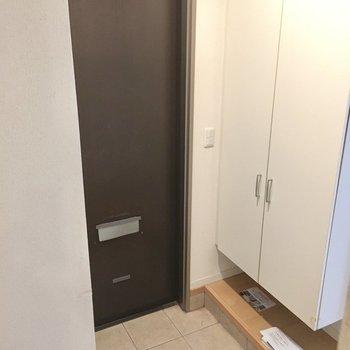 玄関は普通サイズかな。靴はこまめにシューズボックスへ。