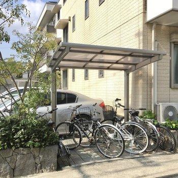 自転車置き場も屋根付きでありましたよ。