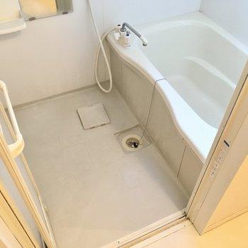 お風呂はひねるタイプの蛇口です。窓もあって換気もできますね。